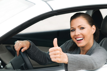 Frau im Auto macht Topdaumen
