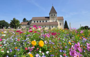 Kirche mit Blumenwiese