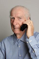 anziano al telefono