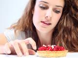 jeune femme et tarte aux fruits rouges