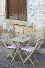 Kleine Fluchten, Gastronomie,Tisch mit Klappstühlen, Gourmet
