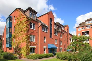 Wohnhaus Mehrfamilienhaus Balkone, Fassade, blauer Himmel