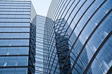 Glasfassade des Uniqa Towers in Wien