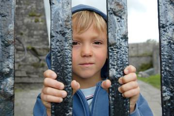 Kind hinter Gittern