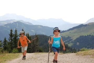 Frére et soeur en randonnée