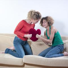 deux jeunes femmes dispute coeur