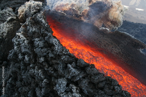 Fotobehang Vulkaan Nahaufnahme der Lavaaustritstelle am Vulkan Ätna Sizilien