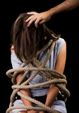 Nő a kínzás