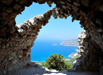 Il mare oltre le rovine