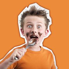 garçon enfant mangeant une cuillère de chocolat