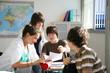 Jeunes garçons et filles assis en salle de cours