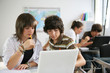 jeune garçon et fille devant un ordinateur portable