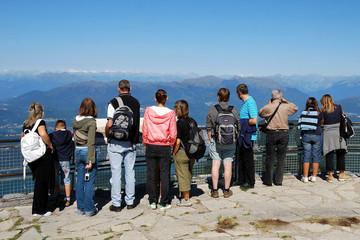 Gruppo di persone che ammirano il panorama delle Alpi