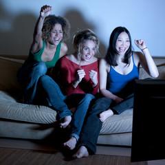 trois jeunes femmes télévision victoire