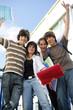 Jeunes garçons et filles souriants avec documents
