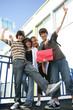 Adolescents souriants avec documents en levant les bras