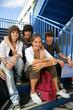 Adolescents souriants assis sur les marches avec documents