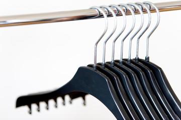Kleiderbügel auf einer Stange