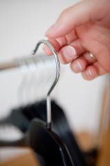 Kleiderbügel auf einem Finger