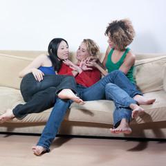 jeunes femmes discution manucure