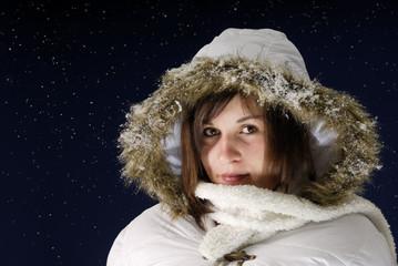 jeune femme contre un ciel étoilé la nuit