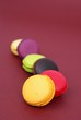 file de macarons colorés