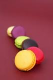 file de macarons colorés