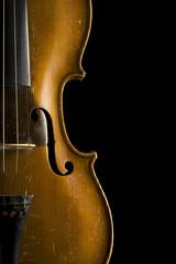 violine nahufnahme vor schwarzem hintergrund