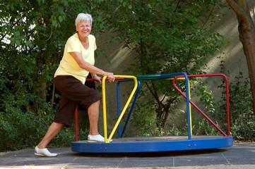 Seniorin auf Spielplatz