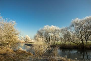 Winterimpressionen, Flussufer mit Raufreif