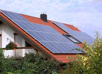 Hausdach mit Solarzellen