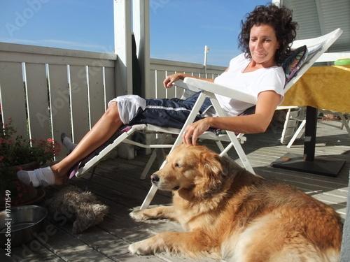 Frau und Hund geniessen die Sonne