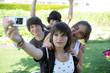 Adolescents se photographiant avec un téléphone portable