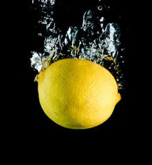 Eine Zitrone fällt ins Wasser