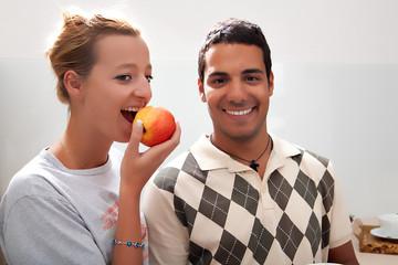 junge Frau beisst in einen Apfel