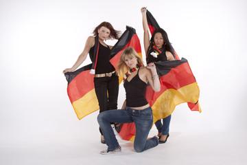 3 junge Frauen in den deutschen Nationalfarben