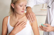 junge frau impfung