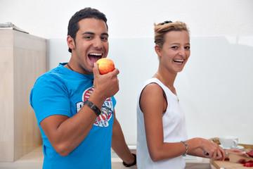 junger Mann beisst in einen Apfel