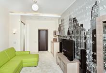 Sypialnia z nadrukiem na ścianie i kanapa zielony