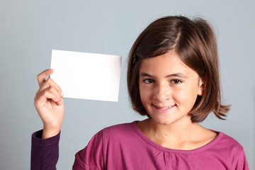 bambina mostra biglietto bianco