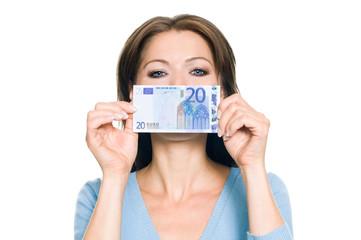 Hübsche Frau hält 20 Euro Geldschein