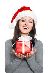 Hübsche Frau mit Weihnachtsmütze und Geschenk