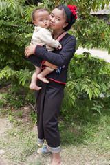 Asiatische Frau mit Baby in Tracht, Laos