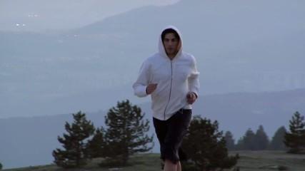 Ragazzo in tuta corre all'imbrunire