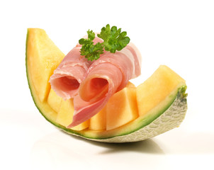 Melone mit Schinkenröllchen