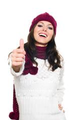 Frau in Winterkleidung macht Top Daumen