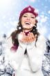 Frau lacht in einer Schneelandschaft