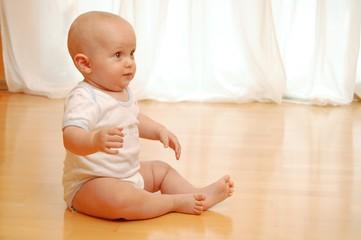 Baby sitzt auf Boden