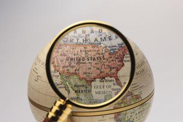 地球儀と虫眼鏡
