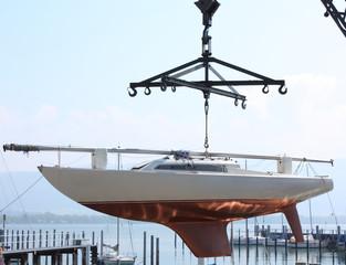 Segelboot am Kran beim Wassern bzw Einlagern
